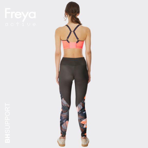 Coralkleurige sport bh van Freya, Sonic met beugel en spacercups kunnen de schouderbandjes ook gekruist worden.