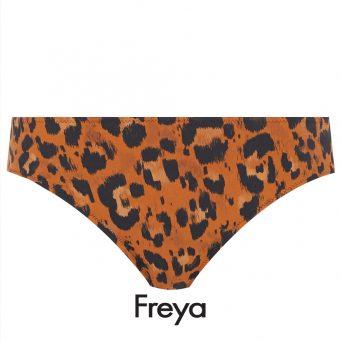 De zwarte luipaardprint op de amberkleurige ondergrond van het Freya midrise bikini broekje Roar instinct loopt over het hele bikini broekje door.